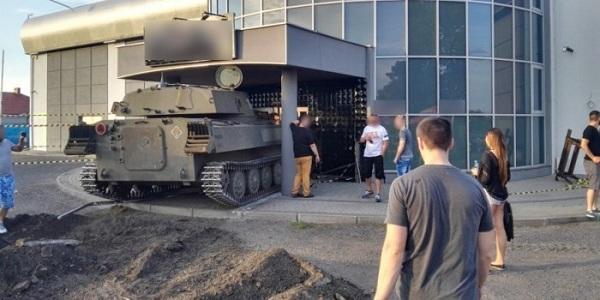 Поляк протаранил собственный клуб на советском танке Новости