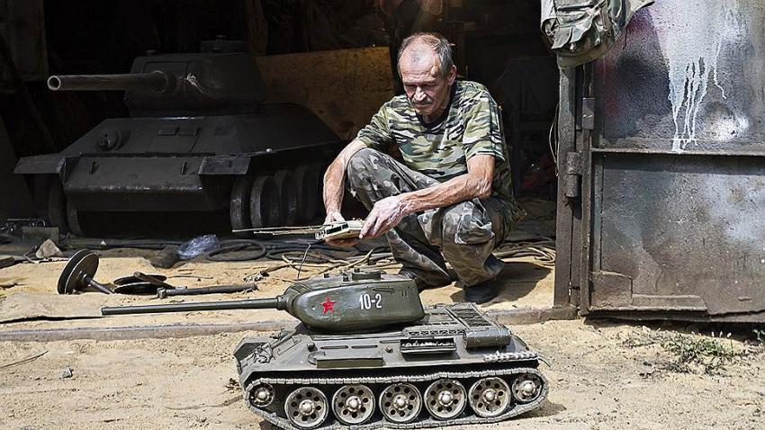 Тульский пенсионер сделал танк для внука Новости