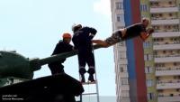 Мужчина пытался повеситься на танке Новости