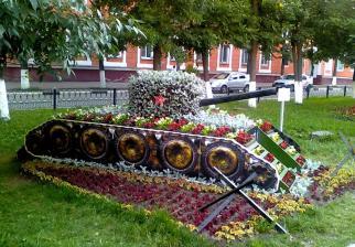 танк из цветов клумба