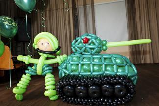 танк из шаров и танкист